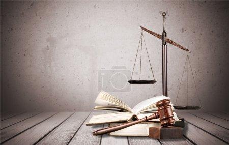Photo pour Balance et livres de justice et marteau en bois sur la table. Concept de justice - image libre de droit