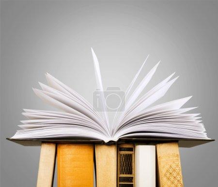 Photo pour Empilement de livres isolés sur fond . - image libre de droit