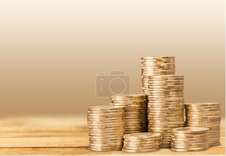 Photo pour Piles de la pièce d'or sur fond blanc - image libre de droit