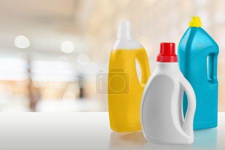 Photo pour Ensemble de bouteilles de produits de ménage isolé sur fond - image libre de droit