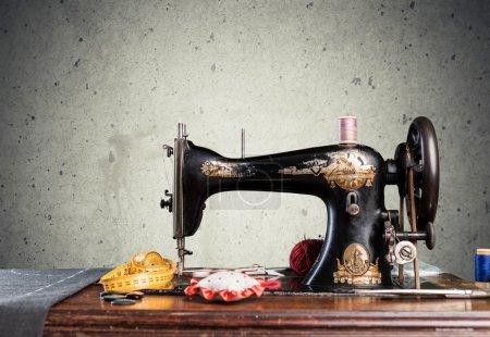 Photo pour Vieille machine à coudre sur table en bois et notions de couture - image libre de droit