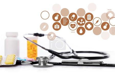 Photo pour Gros plan des capsules médicales et stéthoscope sur fond blanc - image libre de droit