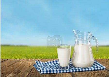 Glas Milch und Flasche