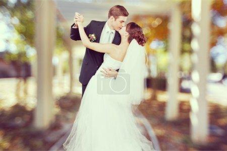 Photo pour Heureux vient de marier jeune couple - image libre de droit