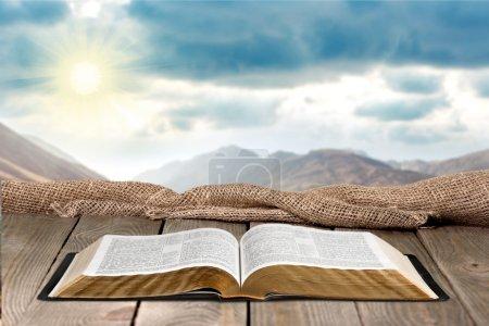 Photo pour Livre de la Sainte Bible sur un fond en bois - image libre de droit