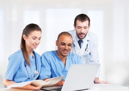 Photo pour Équipe de médecins parlant d'expertise à l'hôpital - image libre de droit
