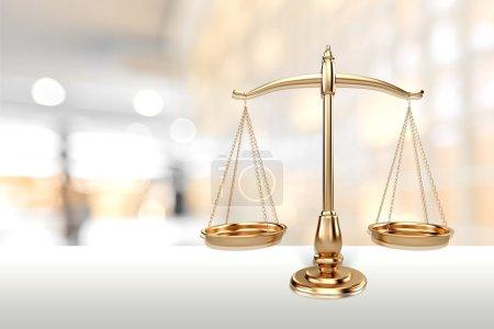 Foto de Ley de escamas en el fondo de la tabla. Símbolo de la justicia - Imagen libre de derechos