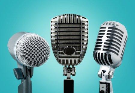 Photo pour Microphones de style rétro sur fond - image libre de droit