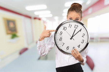 Photo pour Attente, horloge, femmes. - image libre de droit