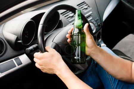 Photo pour Le conducteur ivre au volant de la voiture - image libre de droit