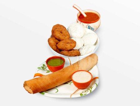 Photo pour Groupe d'aliments du sud de l'Inde comme le papier Masala Dosa (dhosa), Idli ou idly, Wada ou vada (Medu Vada), sambhar, sambar et chutney de noix de coco, fond blanc. - image libre de droit