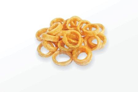 Photo pour Frites de blé salé croustillantes et croquantes Anneaux de maïs, anneaux de céréales, mini-anneau, collations frites et épicées - image libre de droit