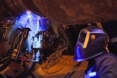 Photo pour Soudage bout à bout pipeline sous-marin en utilisant un équipement automatique. Système mobile pour le soudage des pipelines. La construction d'un gazoduc sous-marin. Soudage plasma . - image libre de droit