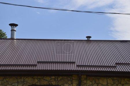 Photo pour Le toit de tôle ondulée. Toiture de profil métallique forme ondulée. - image libre de droit