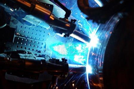 Photo pour Soudage du pipeline. Processus de création d'une connexion de soudage par la machine mobile spéciale . - image libre de droit