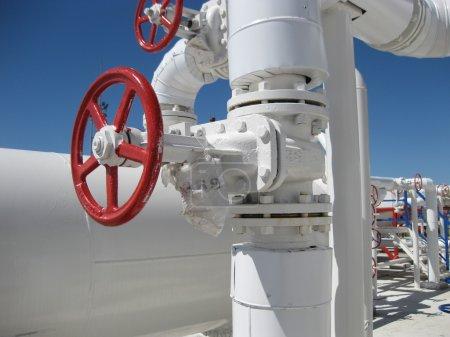 Photo pour Raffinerie de pétrole. Équipements pour le raffinage du pétrole primaire. - image libre de droit
