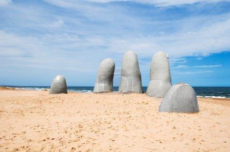 Photo pour Sculpture à la main, symbole de Punta del Este, Uruguay - image libre de droit