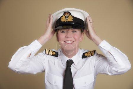 Photo pour Officier de marine femme tenant son chapeau uniforme - image libre de droit