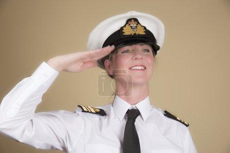 Photo pour Officier de marine féminin en uniforme d'un Lt Commander saluant - image libre de droit
