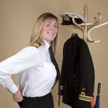Photo pour Capitaine de vaisseau féminin se préparant pour le service - image libre de droit