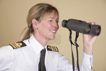 Photo pour Capitaine de corvette tenant des jumelles - image libre de droit