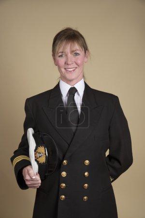 Photo pour Portrait d'une femme Lt Commander en uniforme et tenant son chapeau sous son bras - image libre de droit