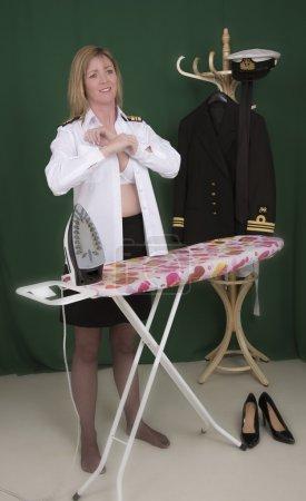 Photo pour Femme officier de marine s'habiller et boutonner sa chemise uniforme - image libre de droit