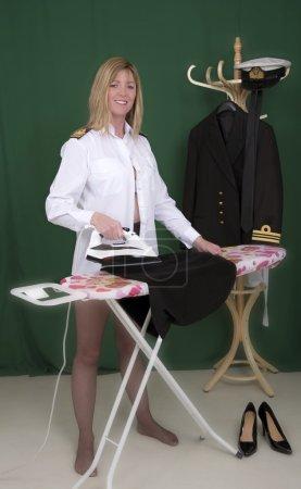 Photo pour Femme officier de marine repassage sa jupe noire uniforme - image libre de droit