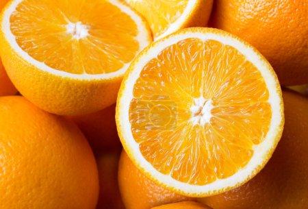 Photo pour Gros plan d'un tas d'oranges fraîches - image libre de droit
