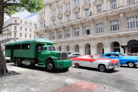 Photo pour Camion Gmc, converti en un bus de passagers. Autobus de ce type - la principale forme de transport à Cuba. Habana Cuba - 30 1erjuillet 2015. - image libre de droit