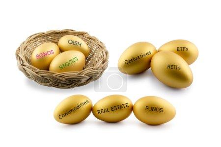 Photo pour Thème de répartition des actifs, œufs d'or avec divers types de produits financiers et d'investissement, c'est-à-dire obligations, espèces, etc. Portefeuille durable et gestion de patrimoine à long terme avec concept de diversification des risques . - image libre de droit
