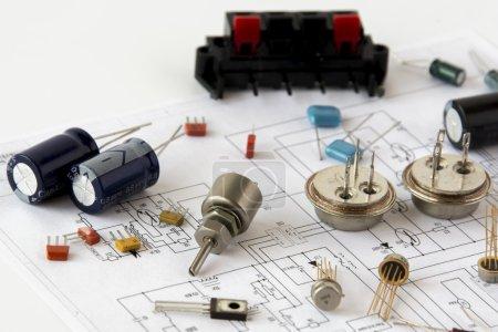 Photo pour Certains composants électroniques sur un circuit imprimé - image libre de droit