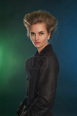 femme en manteau à la mode