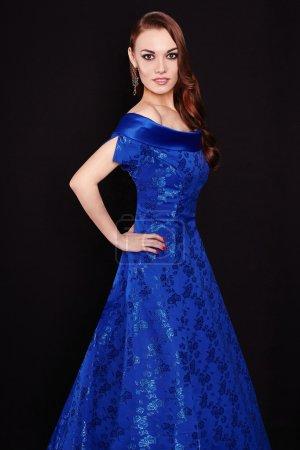 Photo pour Belle dame élégante en robe bleue. À la mode jeune femme - image libre de droit