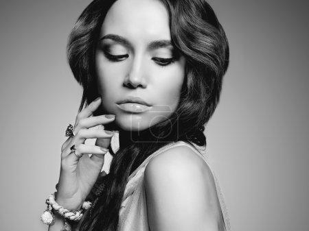 Photo pour Portrait monochrome de Belle jeune femme en bijouterie. Fille de mode - image libre de droit