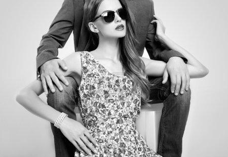 Photo pour Mode beau couple dans les lunettes de soleil. femme près de la man.beauty fille et garçon together.monochrome portrait - image libre de droit