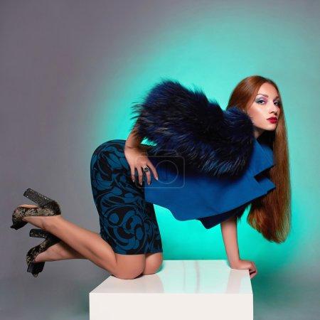 Photo pour Belle jeune femme à la mode de fur.winter. Beauté sexy modèle fille. Femme en manteau de fourrure de luxe - image libre de droit