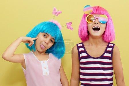 Foto de Holiday.two de niños poco amistad de niño girls.funny - Imagen libre de derechos