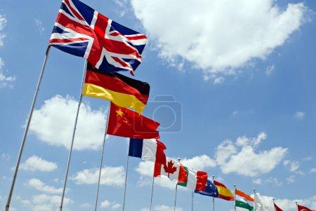 Photo pour Agitant des drapeaux représentant les différents pays sur fond de ciel bleu. - image libre de droit