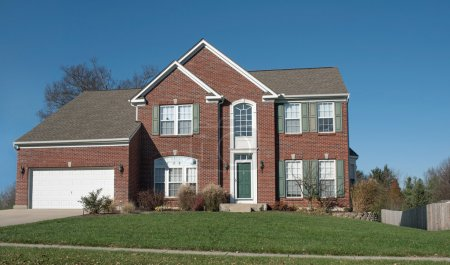 Photo pour Maison en brique rouge dans le Midwest de l'Amérique avec porte verte & volets . - image libre de droit