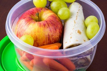 Photo pour Gros plan du récipient en plastique avec déjeuner sain à l'école . - image libre de droit