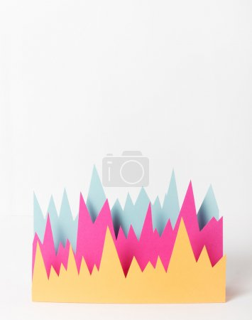 Photo pour Graphique artisanal en papier brillant sur fond blanc - image libre de droit