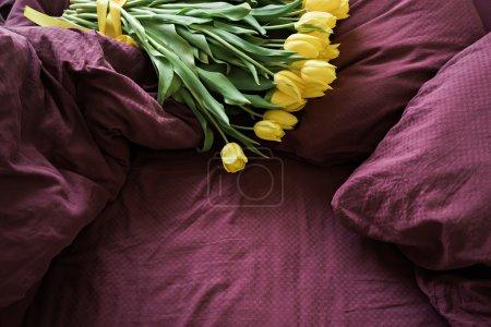 Photo pour Image de bouquet de fleurs au lit - image libre de droit