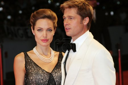 "Foto de VENICE - SEPT 2: Angelina Jolie and Brad Pitt attends the premiere of ""The Assassination of Jesse James by the coward Robert Ford"" at the 64th Venice Film Festival on September 2, 2007 in Venice, Italy - Imagen libre de derechos"