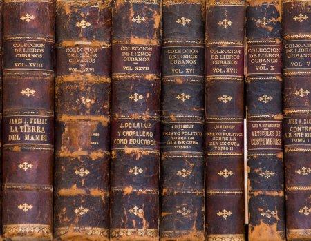 Photo pour Vieux livres à l'affichage sur un point de fermeture de marché vers le haut - image libre de droit