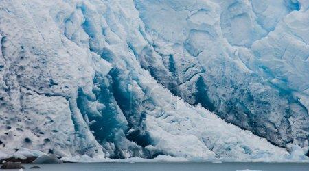 Photo pour Glacier bleu sur fond de montagnes - image libre de droit