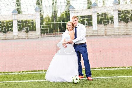 Photo pour Concept de championnat d'Europe. Couple de mariage sur le stade de football - image libre de droit