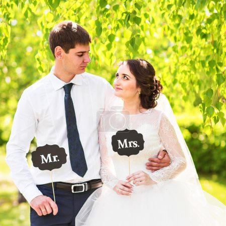 Mariée drôle et marié avec M. et Mme signes. Joyeux jour de mariage