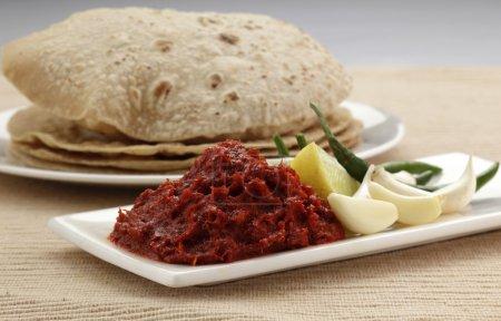 Photo pour L'ail et le chutney froid avec Roti, cuisine indienne - image libre de droit