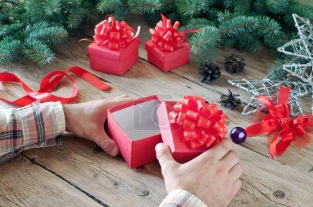 Photo pour Homme ouvre un cadeau de Noël de près. boîte de Noël vide. Top vie - image libre de droit
